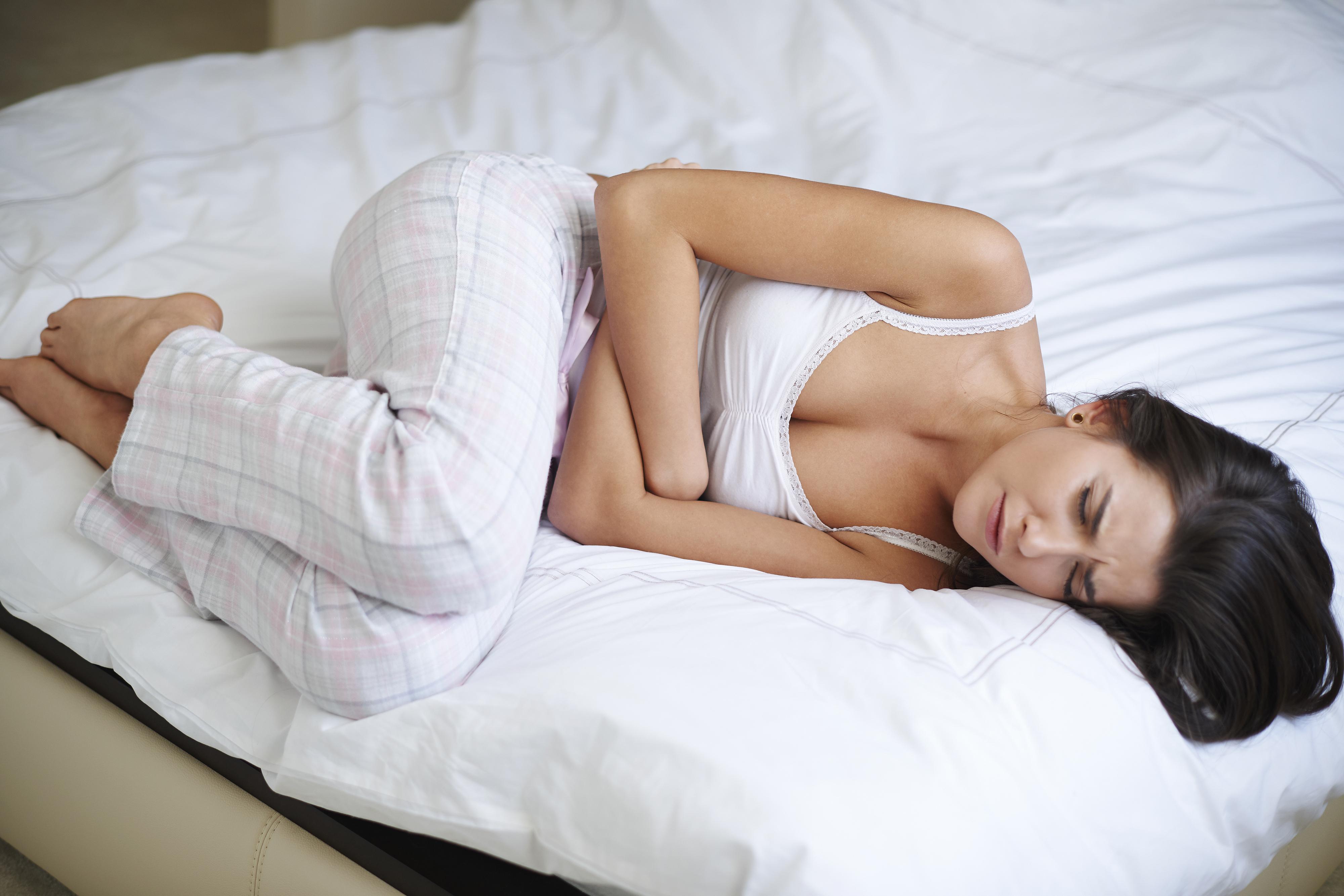 Puffadással és hányingerrel jár a menstruációs fájdalom - mit tegyek?